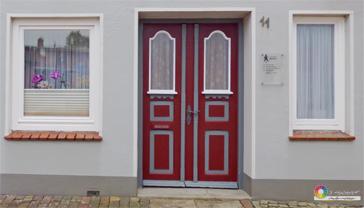farbige Haustür in Rubinrot